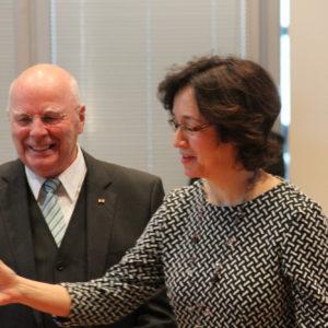 Marieddy Rossetto nimmt den wohlverdienten Glückwunsch von Präsident Breuer entgegen.