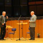 Stefan Schwartze verabschiedet den scheidenden Vorsitzenden Manfred Hill