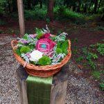 Der Korb mit Giselas sterblichen Überresten am Andachtsplatz iin der Waldruhestätte Meerbusch