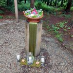 Die Stele mit dem Korb mit Giselas sterblichen Überresten am Andachtsplatz iin der Waldruhestätte Meerbusch